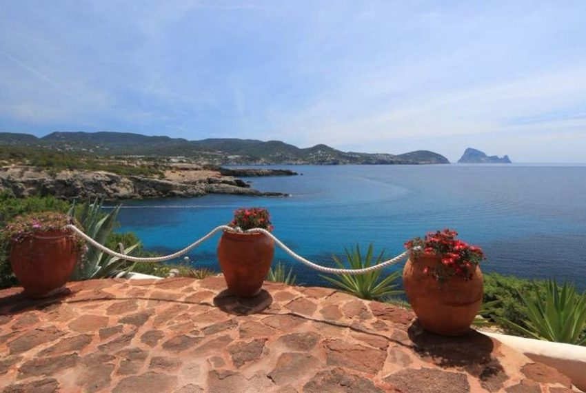 cw-ibiza-1531128335villa-in-first-sea-line-near-cala-conta-or-sale_(1)